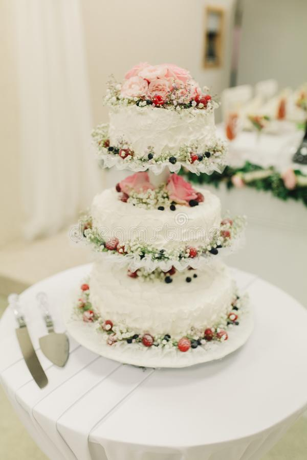 Pastel de bodas en la tabla Imagen dulce colorida hermosa del primer de la decoraci?n de la magdalena del pastel de bodas en el e foto de archivo libre de regalías