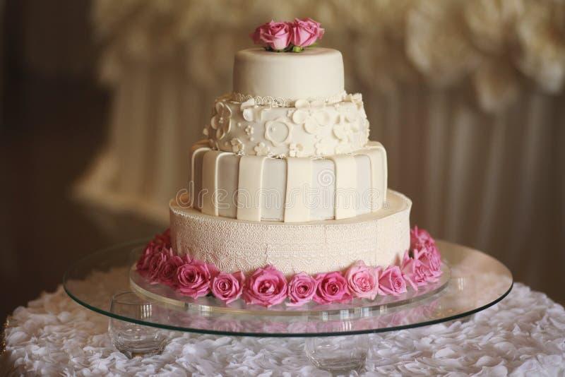 Pastel de bodas en la tabla Imagen dulce colorida hermosa del primer de la decoraci?n de la magdalena del pastel de bodas en el e imágenes de archivo libres de regalías
