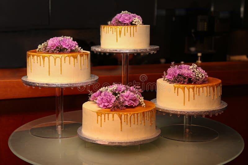 Pastel de bodas en tonos de la lila fotos de archivo libres de regalías