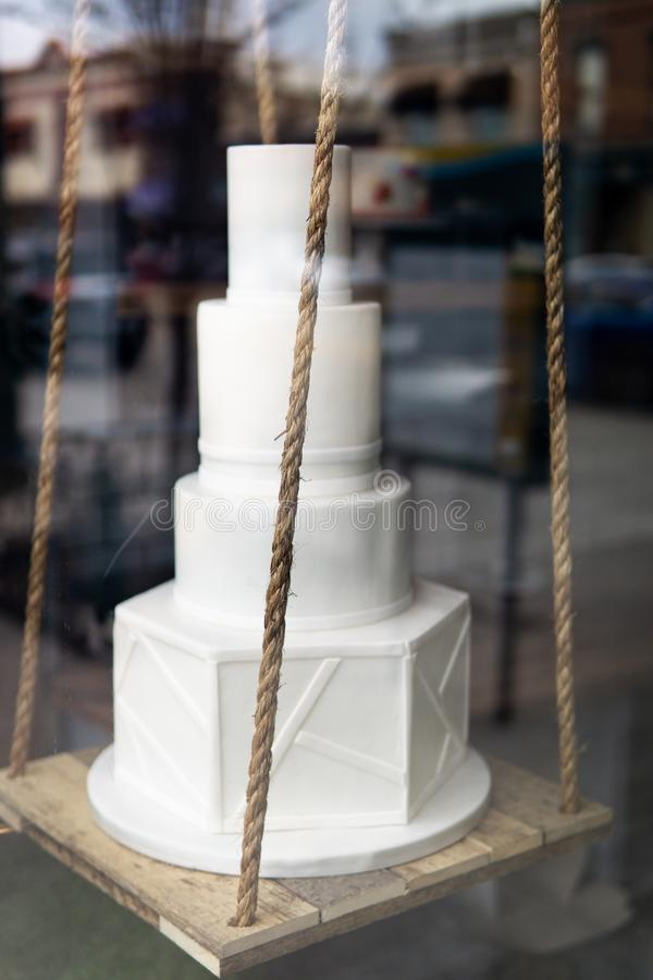 Pastel de bodas en ventana fotografía de archivo libre de regalías