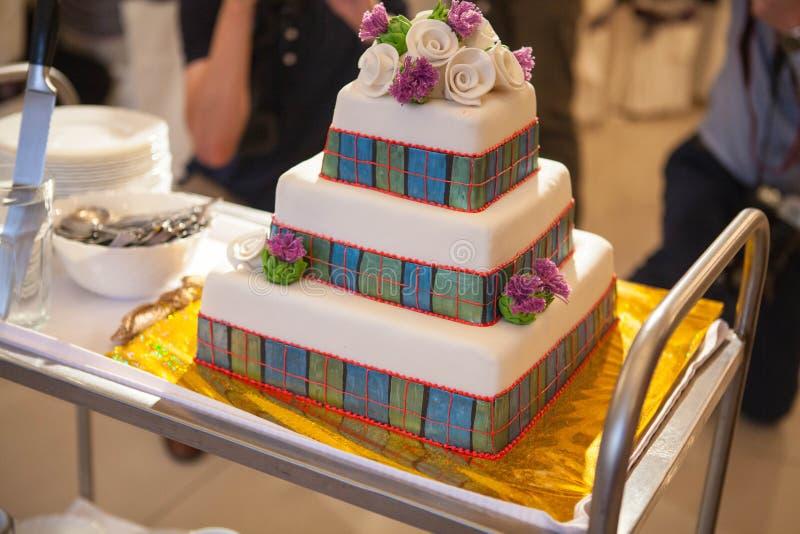 Pastel de bodas escocés de tres pisos del estilo fotos de archivo