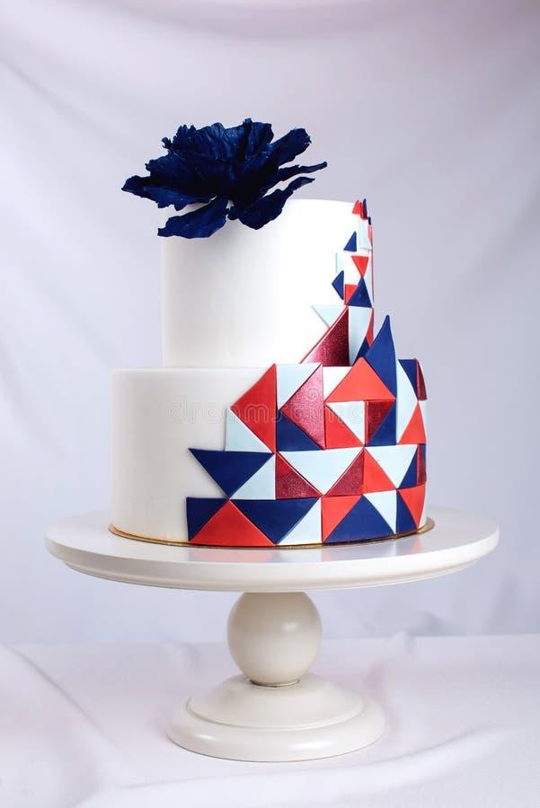 Pastel de bodas hermoso adornado con la rosa grande del azul en el top fotografía de archivo libre de regalías