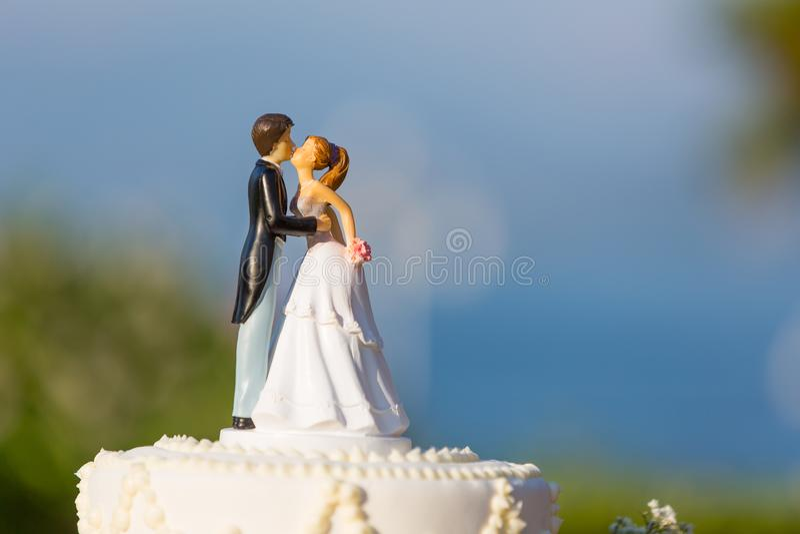Pastel de bodas hermoso con el primero fotografía de archivo
