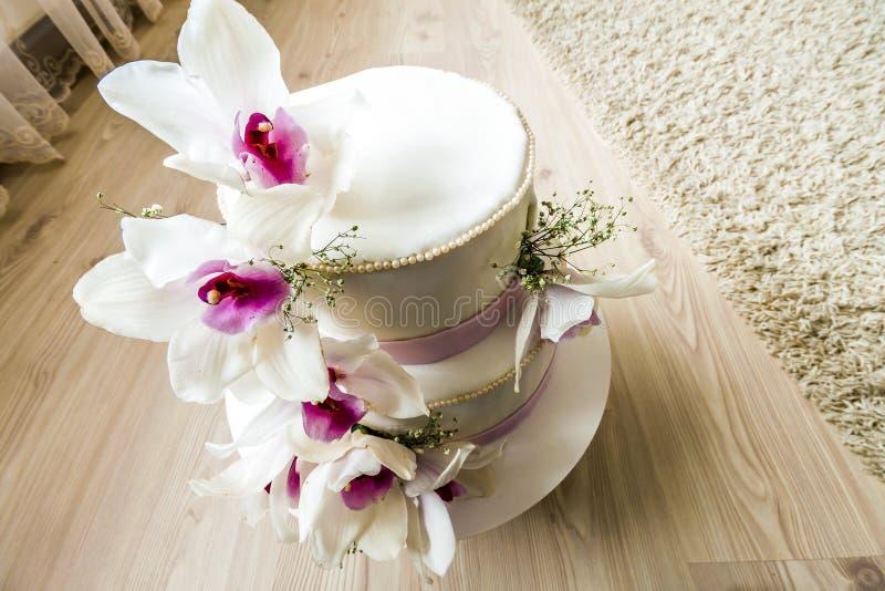 Pastel de bodas hermoso con las flores, cierre para arriba de la torta con el blurr imágenes de archivo libres de regalías