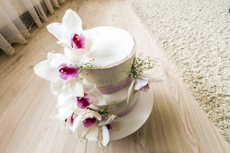 Pastel de bodas hermoso con las flores, cierre para arriba de la torta con el blurr imagenes de archivo
