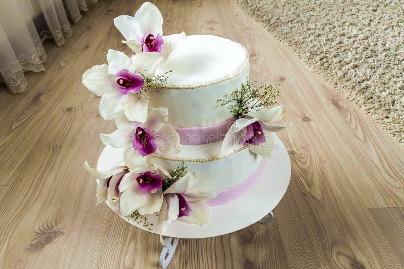 Pastel de bodas hermoso con las flores, cierre para arriba de la torta con el blurr imagen de archivo libre de regalías