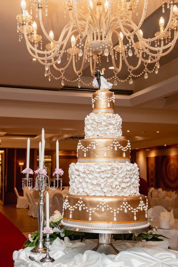Pastel de bodas hermoso en el día de boda, recepción nupcial imagenes de archivo