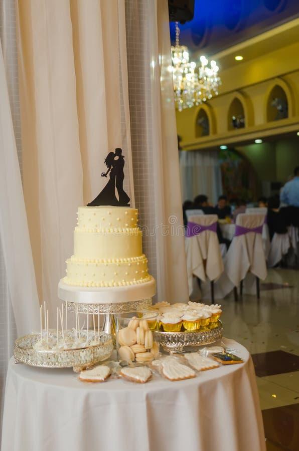 Pastel de bodas hermoso en la recepción del restaurante fotos de archivo