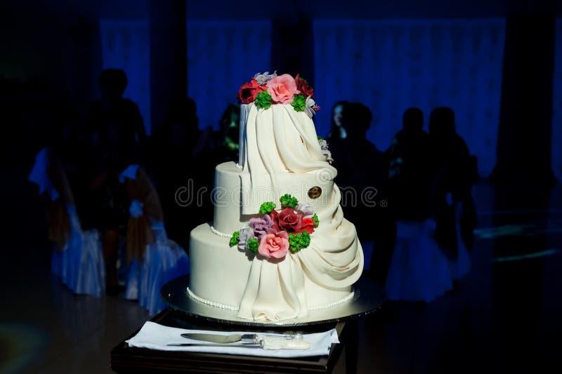 Pastel de bodas hermoso y noble foto de archivo