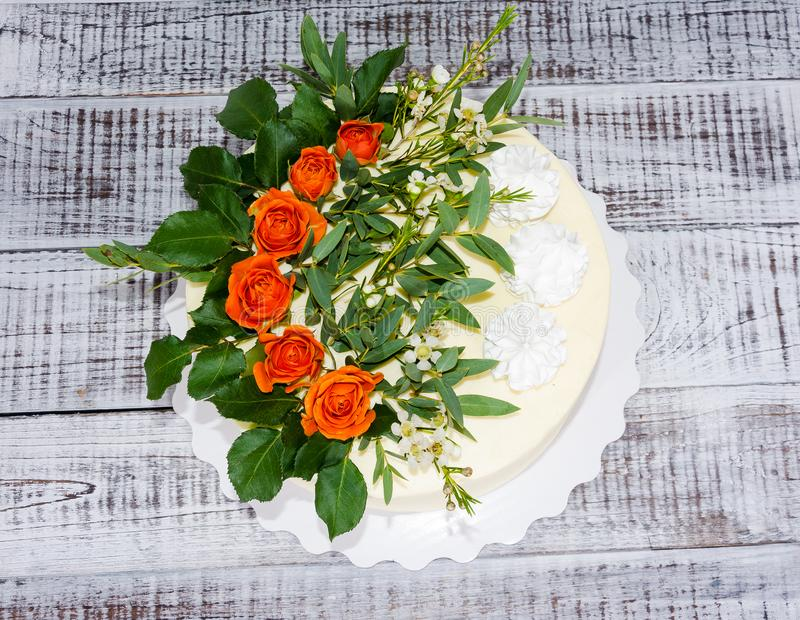 Pastel de bodas de la vainilla del queso cremoso con las rosas anaranjadas foto de archivo