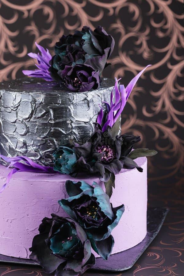 Pastel de bodas de las ilustraciones con las flores en fondo oscuro fotos de archivo