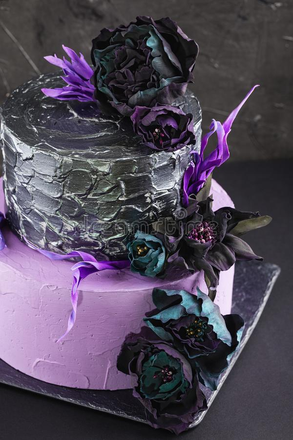 Pastel de bodas de las ilustraciones con las flores falsas en fondo negro foto de archivo libre de regalías