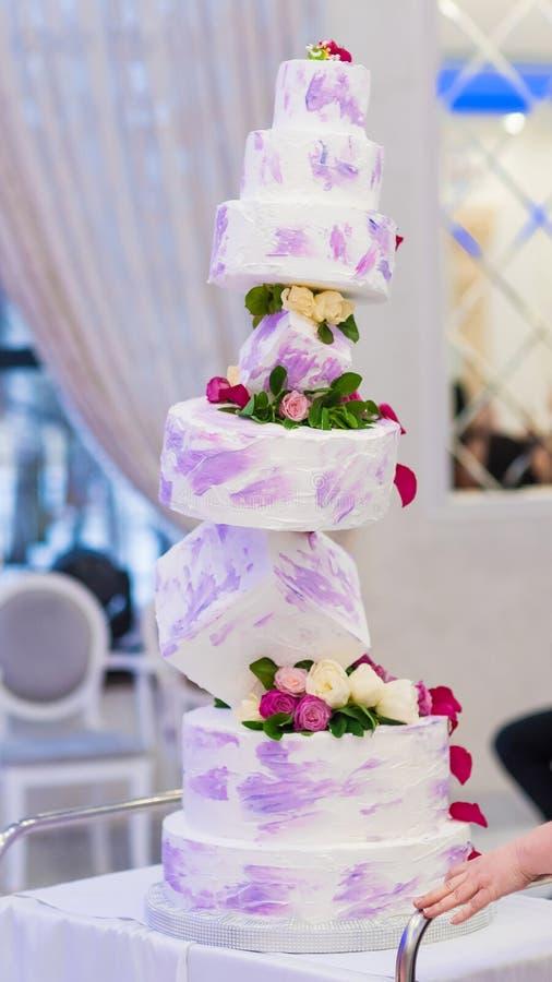 Pastel de bodas magnífico de una forma inusual imagenes de archivo