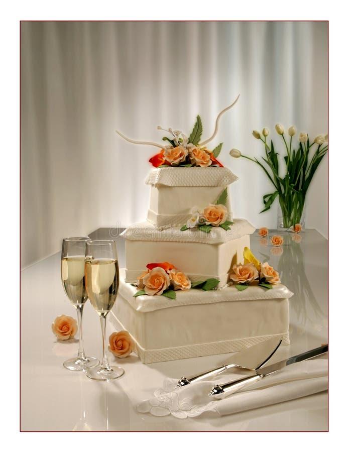 Pastel de bodas de niveles múltiples dulce grande con las flores fotos de archivo