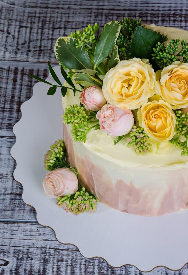Pastel de bodas de Ombre adornado con las rosas y un poco de verdor fotografía de archivo libre de regalías