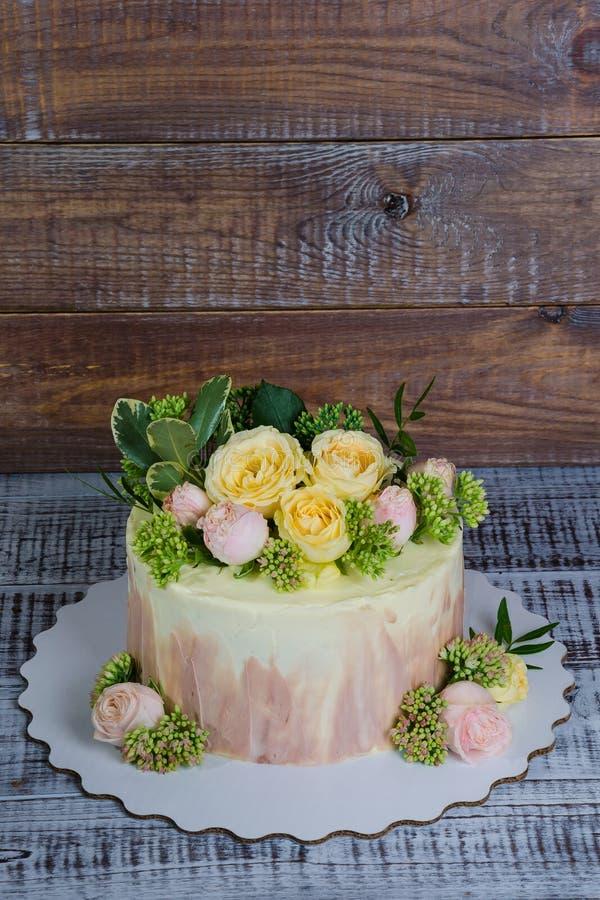 Pastel de bodas de Ombre adornado con las rosas y un poco de verdor imagen de archivo