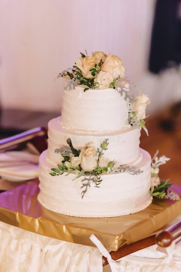 Pastel de bodas para celebrar matrimonio y llevar a cabo un banquete fotografía de archivo