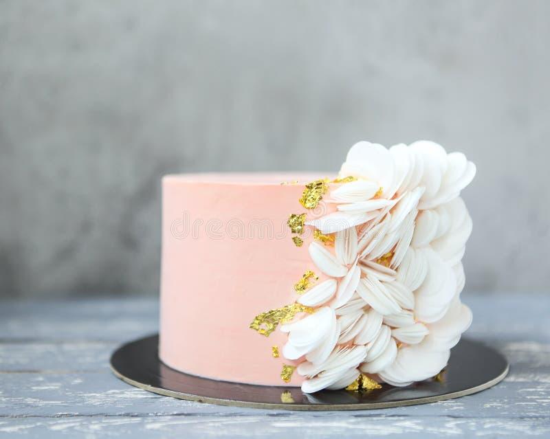 Pastel de bodas rosado con el papel de la oblea y la decoración del oro imágenes de archivo libres de regalías