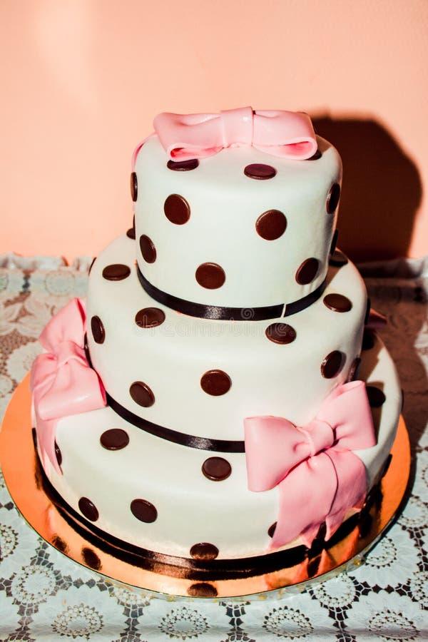 pastel de bodas de tres gradas con la masilla blanca y un shokoload foto de archivo