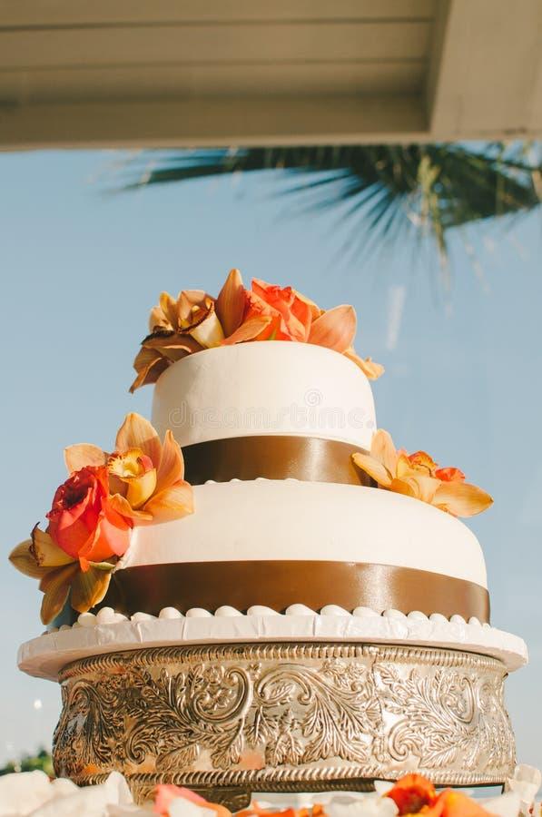 Pastel de bodas tropical fotos de archivo