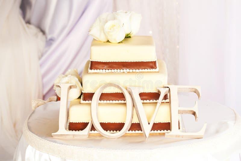 Pastel de bodas y amor imágenes de archivo libres de regalías