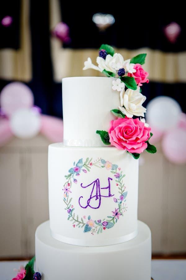 Pastel de bodas y decoración foto de archivo