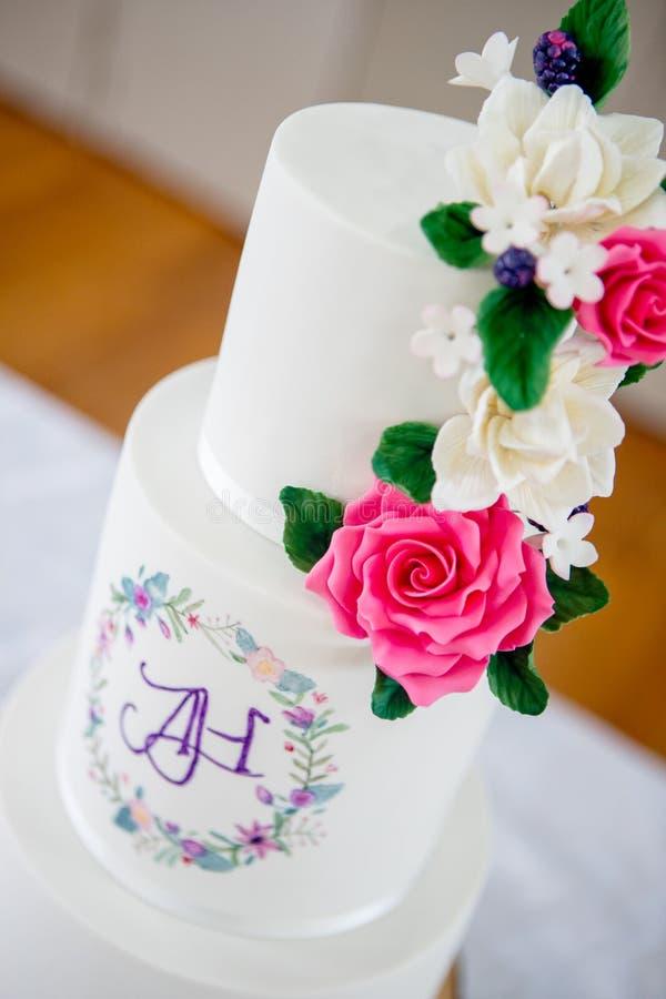 Pastel de bodas y decoración imagen de archivo libre de regalías
