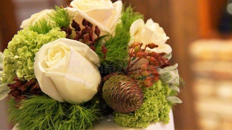Pastel de bodas y decoración imagen de archivo