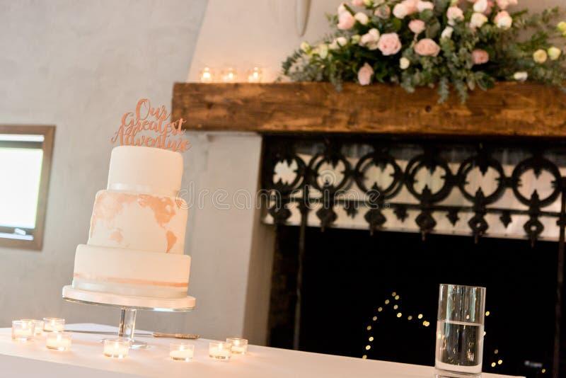 Pastel de bodas y decoración imagenes de archivo