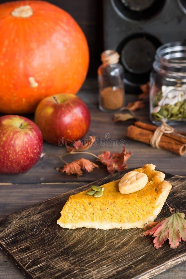 Pastel de calabaza americano hecho en casa tradicional con una decoración de una galleta bajo la forma de hojas por un día de fie imagen de archivo libre de regalías