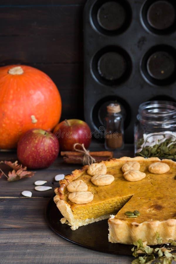 Pastel de calabaza americano hecho en casa tradicional con una decoración de una galleta bajo la forma de hojas por un día de fie foto de archivo
