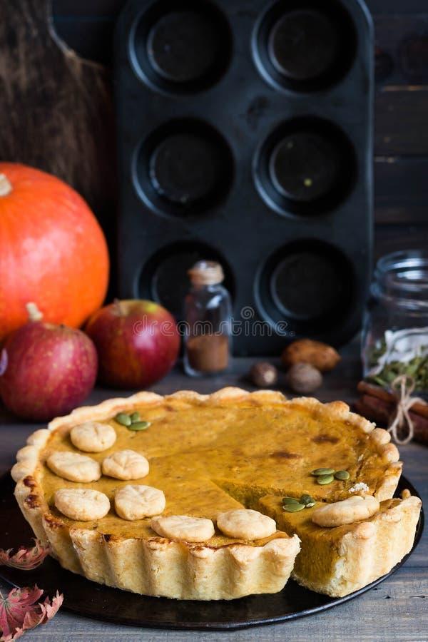 Pastel de calabaza americano hecho en casa tradicional con una decoración de una galleta bajo la forma de hojas por un día de fie fotografía de archivo