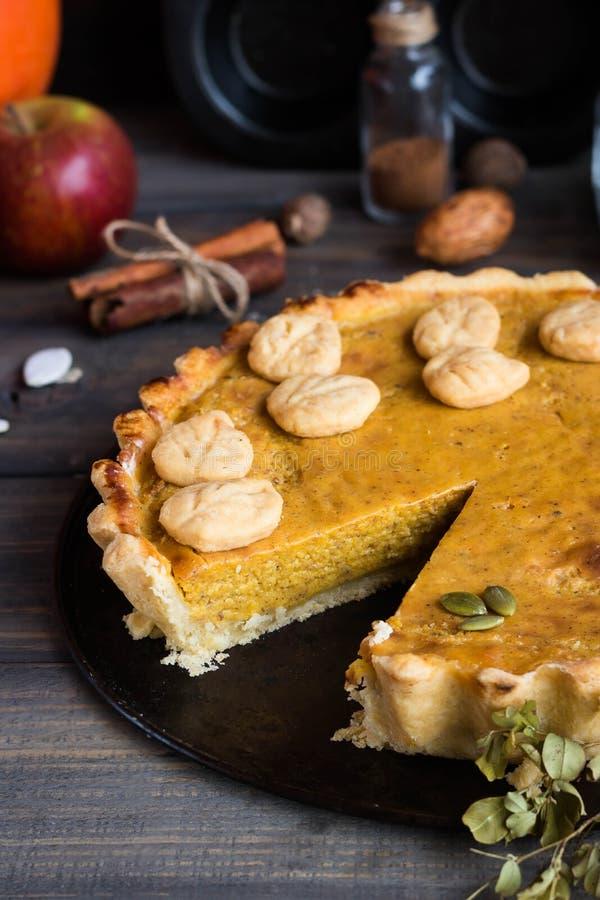 Pastel de calabaza americano hecho en casa tradicional con una decoración de una galleta bajo la forma de hojas por un día de fie imagenes de archivo