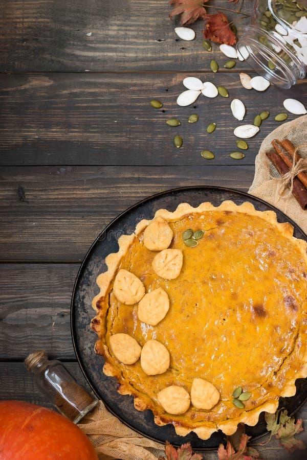 Pastel de calabaza americano hecho en casa tradicional con una decoración de una galleta bajo la forma de hojas por un día de fie foto de archivo libre de regalías