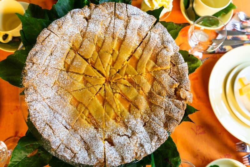 Pastel de calabaza en Autumn Table imagen de archivo