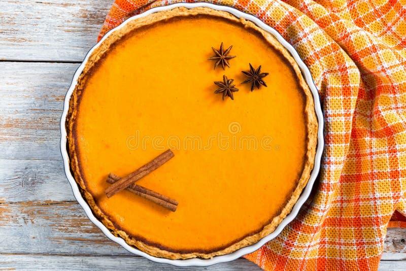 Pastel de calabaza hecho en casa anaranjado brillante redondo fresco delicioso fotos de archivo
