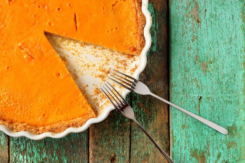 Pastel de calabaza hecho en casa anaranjado brillante redondo fresco en d que cuece blanca foto de archivo libre de regalías