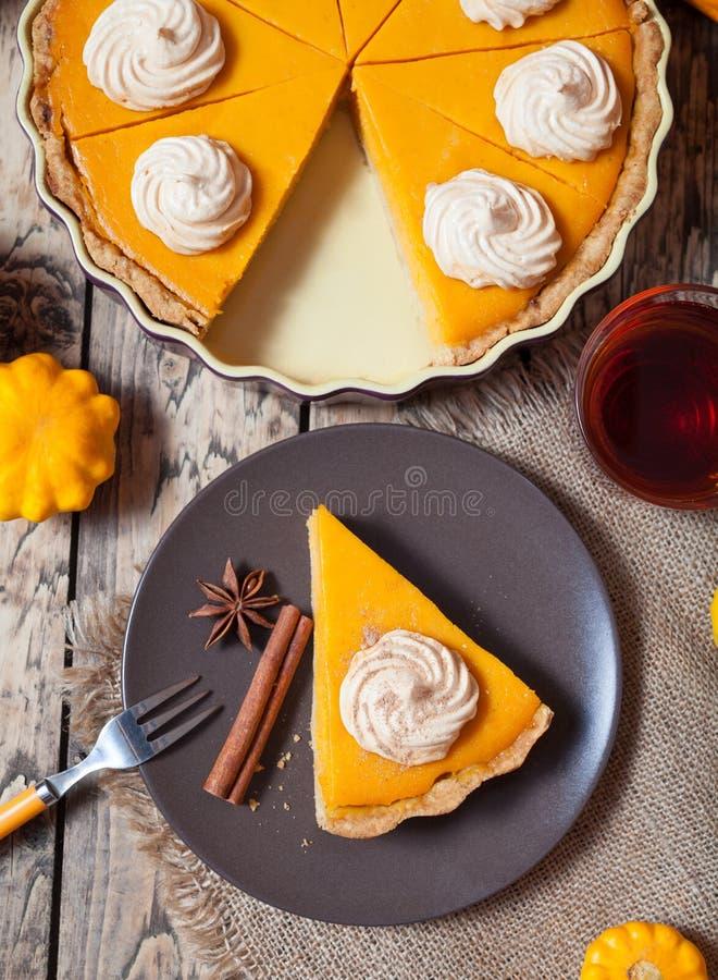 Pastel de calabaza hecho en casa para la acción de gracias preparada Visión superior foto de archivo libre de regalías