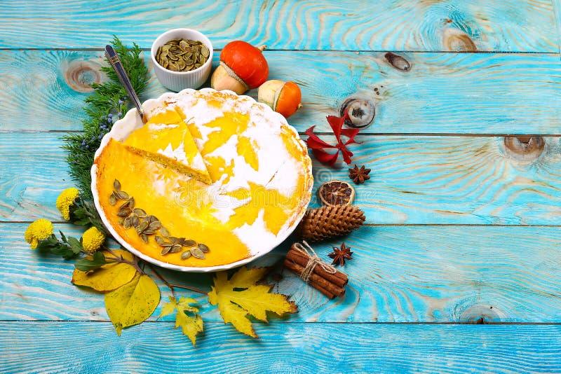 Pastel de calabaza hecho en casa para la acción de gracias preparada regalos del concepto del otoño Opinión superior de la endech fotografía de archivo libre de regalías
