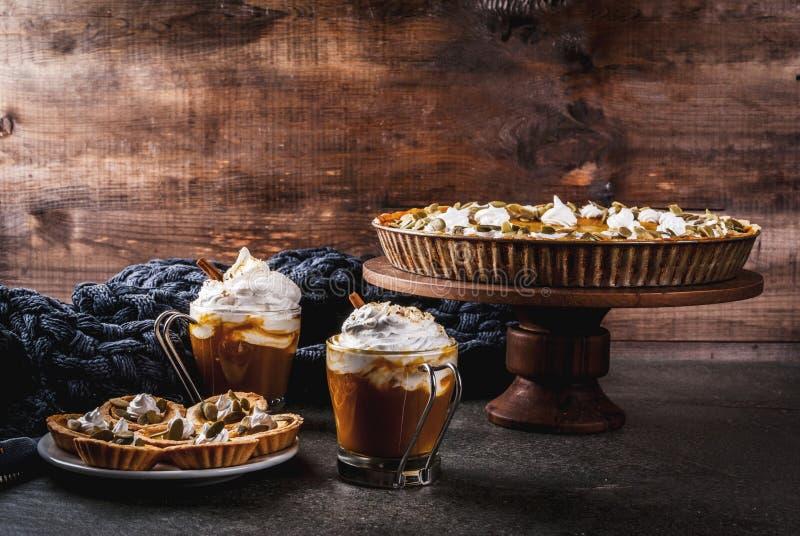 Pastel de calabaza, tartlets y latte fotos de archivo