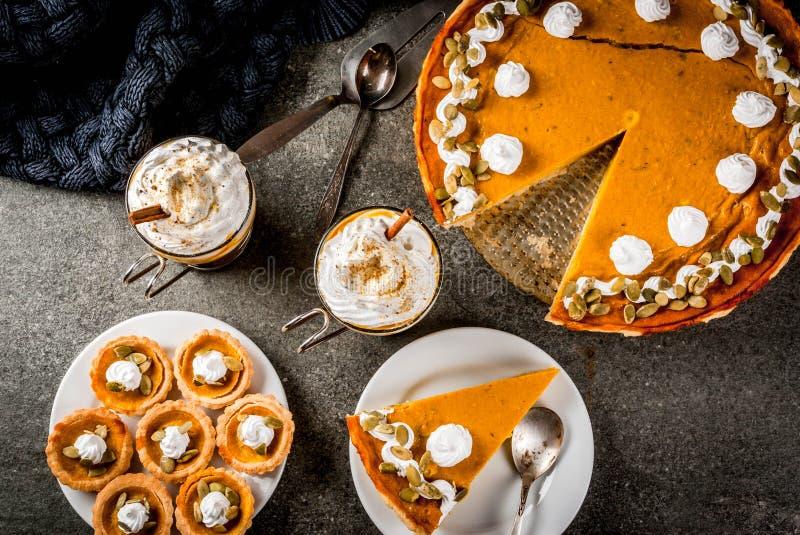 Pastel de calabaza, tartlets y latte imagen de archivo