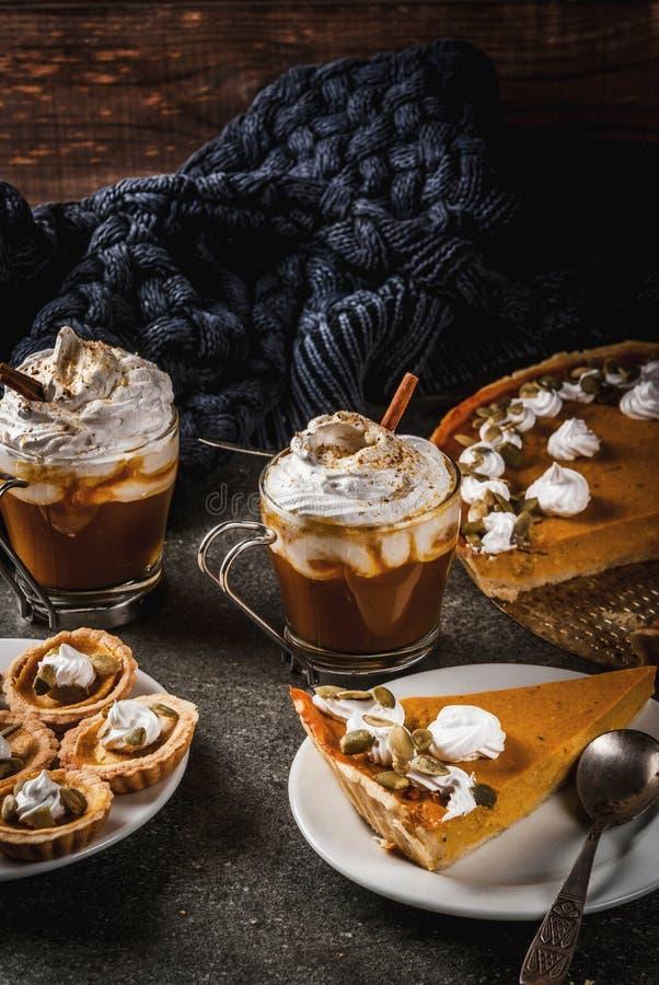 Pastel de calabaza, tartlets y latte imagen de archivo libre de regalías