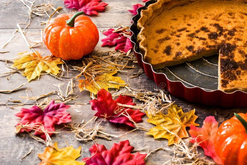 Pastel de calabaza tradicional para la acción de gracias en la tabla de madera fotografía de archivo