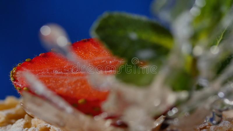 Pastel de capas con la menta, fresa, arándano Pastel de capas sabroso, macro foto de archivo