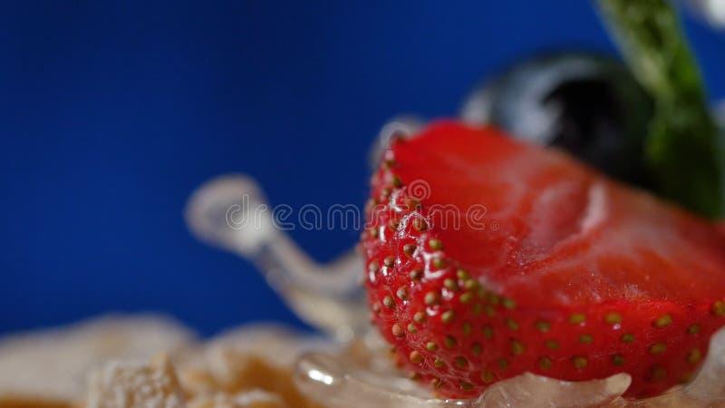 Pastel de capas con la menta, fresa, arándano Pastel de capas sabroso, macro fotografía de archivo
