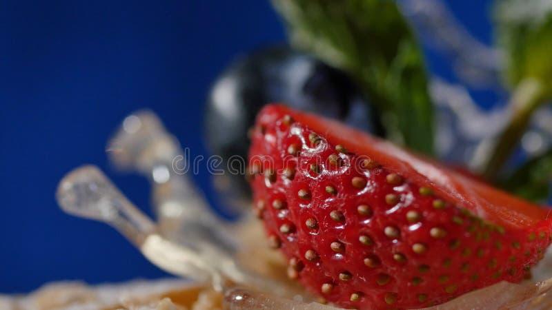 Pastel de capas con la menta, fresa, arándano Pastel de capas sabroso, macro fotografía de archivo libre de regalías