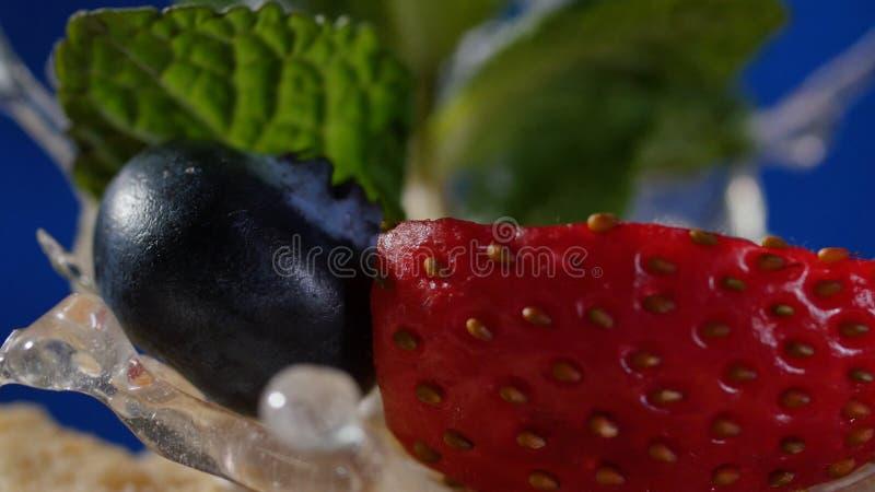 Pastel de capas con la menta, fresa, arándano Pastel de capas sabroso, macro foto de archivo libre de regalías