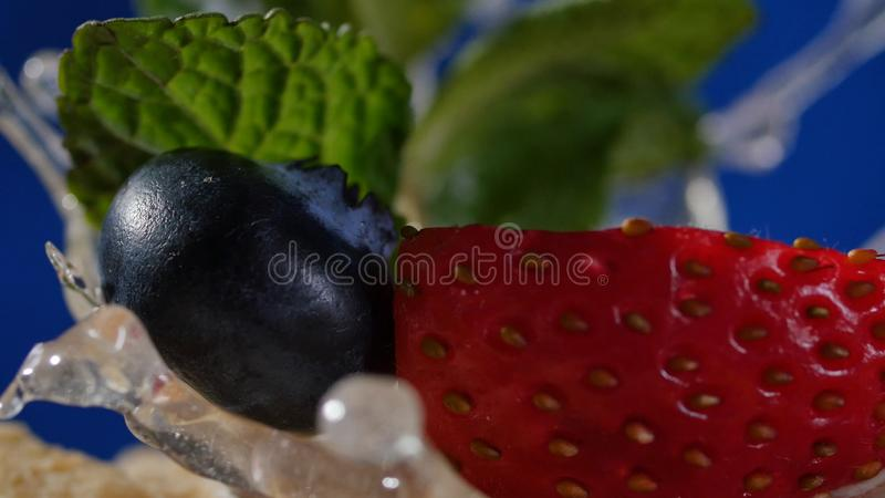 Pastel de capas con la menta, fresa, arándano Pastel de capas sabroso, macro imagen de archivo