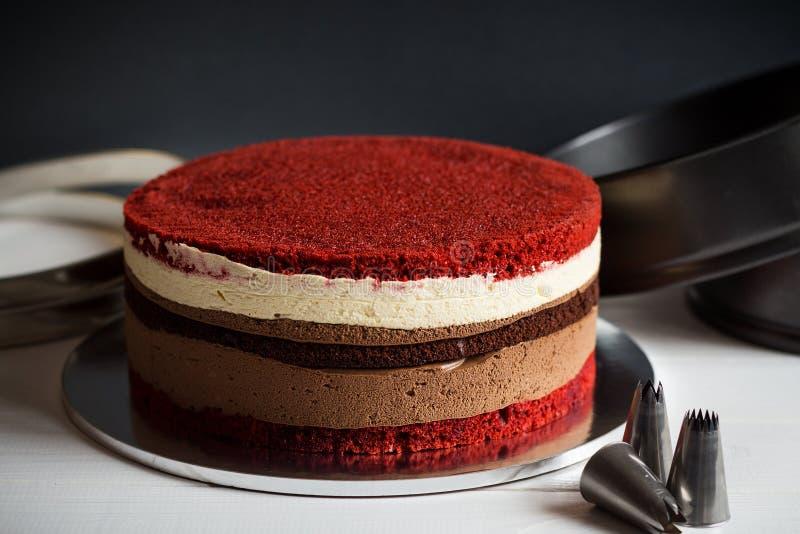 Pastel de capas desnudo con terciopelo y galleta y crema rojos del chocolate fotos de archivo libres de regalías