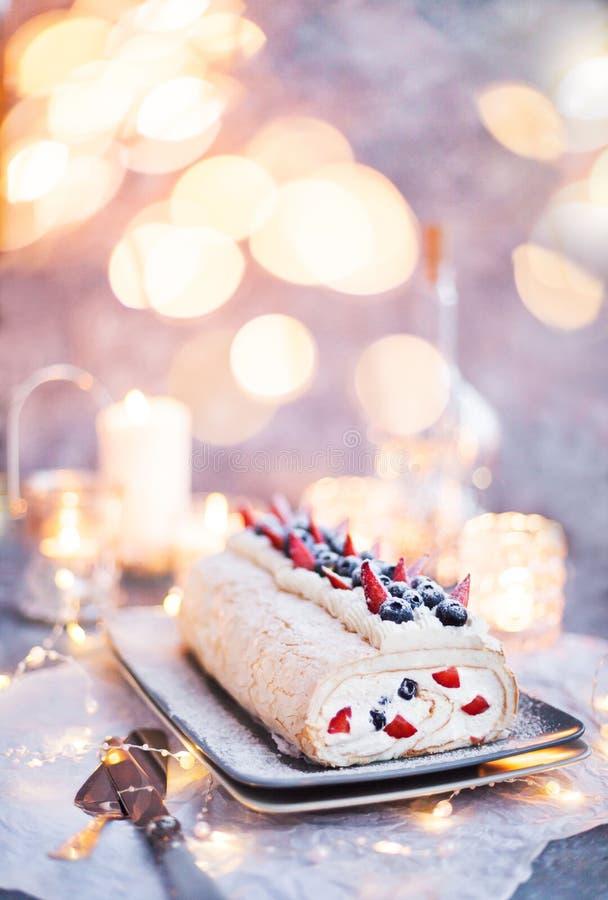 Pastel de merengue con crema y bayas frescas imagenes de archivo